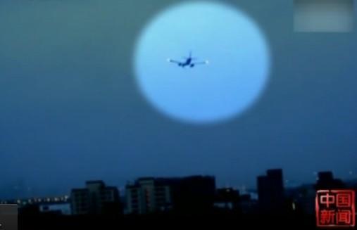 """台风""""苏拉""""导致台湾一飞机降落时剧烈摇摆"""