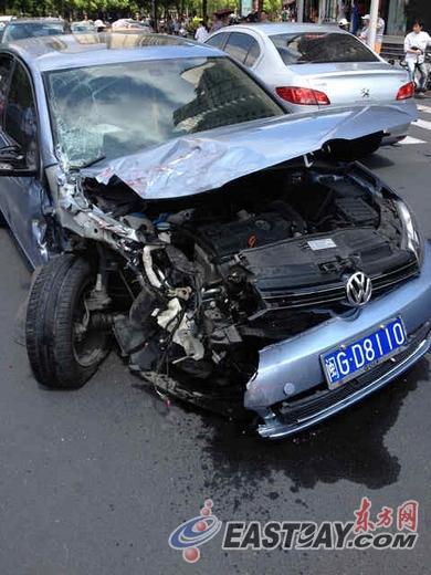 丁香路靠近紫槐路发生车辆相撞事故致一死一伤