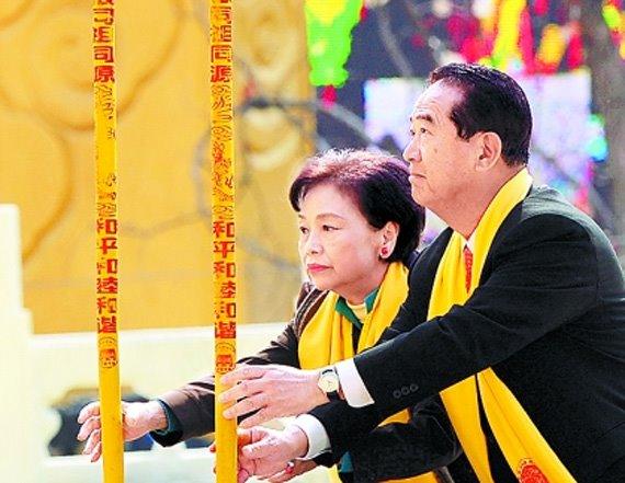 资料图:宋楚瑜与陈万水(来源:台湾今日新闻网)