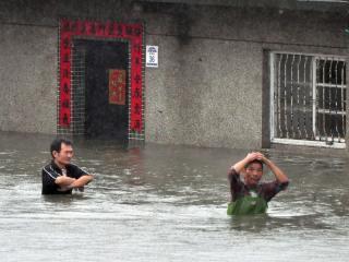 """宜兰下暴雨,加上大潮海水倒灌,五结乡锦草地区大淹水。图片来自台湾""""中央社"""""""