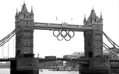 著名的伦敦塔桥上悬挂着奥运五环
