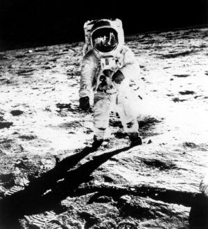 传奇宇航员 登月第一人阿姆斯特朗因病辞世
