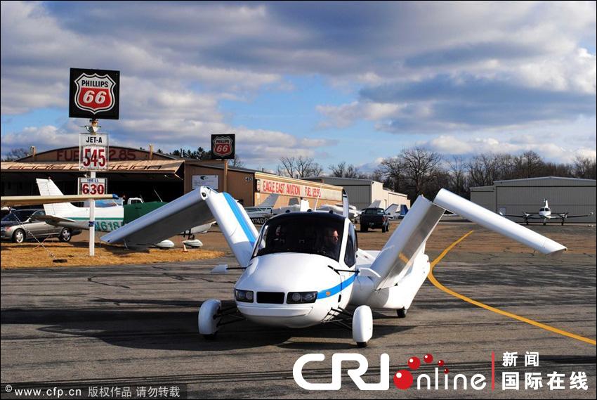 造了一辆能飞的汽车,这辆汽车有一对折叠的翅膀,使其能够飞行.图片