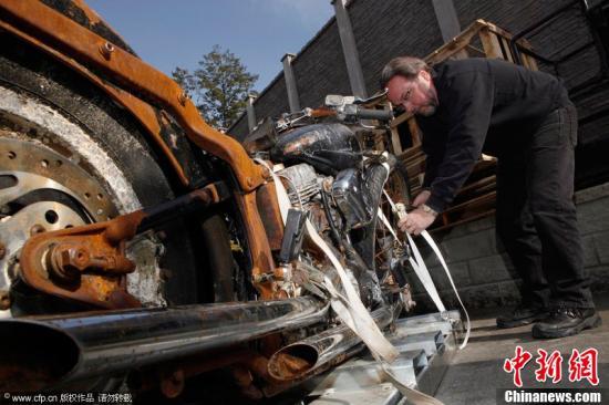 当地时间2012年5月6日,加拿大维多利亚,被冲到加拿大的摩托车正在接受维修。图片来源:CFP视觉中国