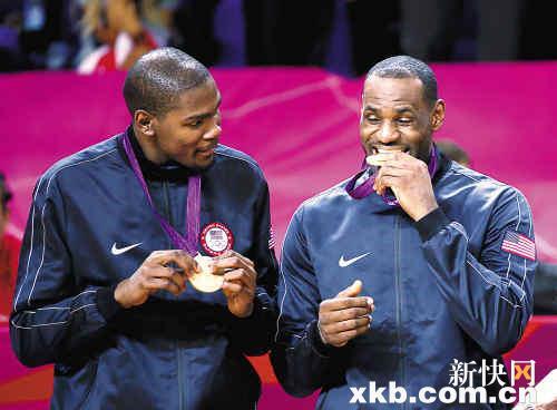 詹姆斯:听说金牌味道很好。杜兰特:真的?