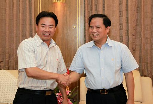 国家海洋局党组书记、局长刘赐贵(右)与海南省三沙市委书记、市长肖杰亲切握手。图片来源:国家海洋局网站