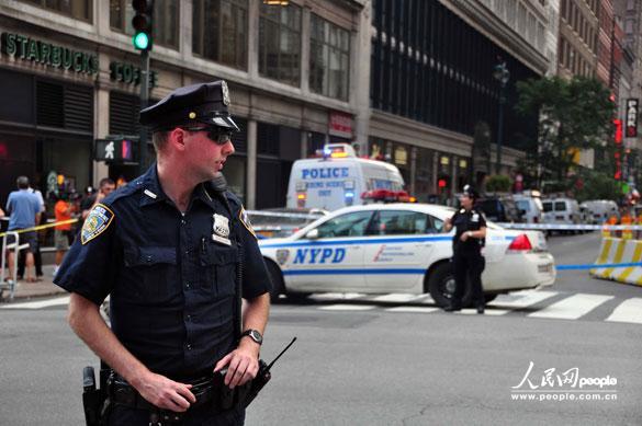 枪手杀人的商店门前一条街道仍然封闭。      摄影:人民网记者任建民