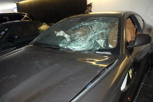 警察在检查涉嫌肇事的法拉利轿车高清图片