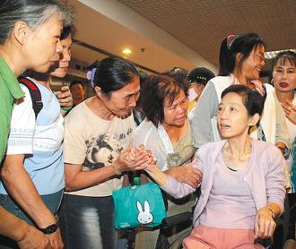 陈水扁到台北荣总医院戒护就医,吴淑珍(右)北上探视。 图片来源:台湾《联合报》
