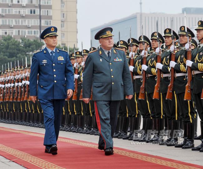 民解放军陆军仪仗队.李晓伟摄-马晓天与哈萨克斯坦陆军司令举行会