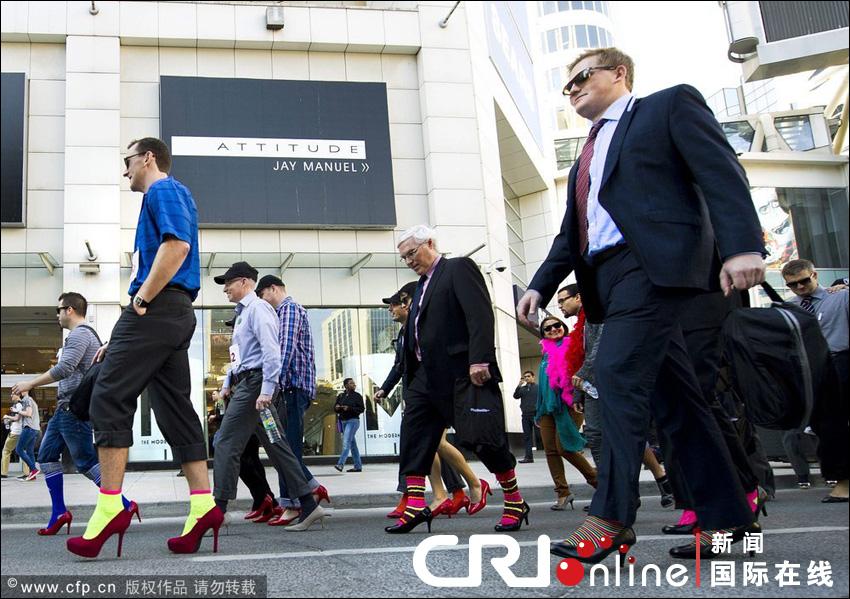 加拿大男人穿高跟鞋上街反对性别暴力高清组