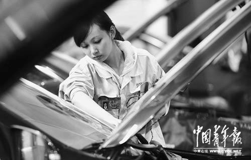 修理工项目决赛唯一的女选手,在比赛中她淡定从容,动作有板有眼,受到