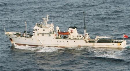 """中国渔政船""""渔政35001""""18日上午进入钓鱼岛海域进行巡航。图片由日本第11管区那霸海上保安部提供。"""