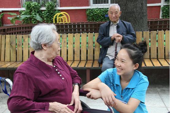 養老院90後海歸護理員陪老人聊天