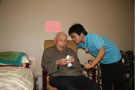 21歲的實習生丁軍輝悉心護理101歲高齡老人