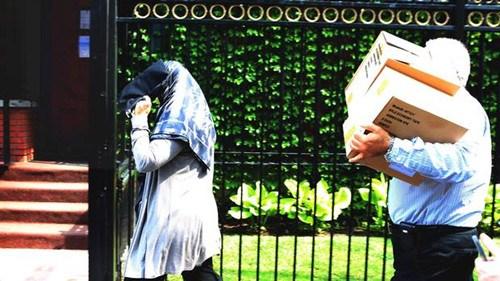 图为伊朗驻加拿大大使馆门前,一男一女走过