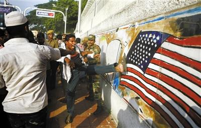 9月14日,印度,示威者踢向墙上的美国国旗.