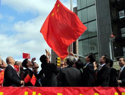 纽约华人社团在华埠升五星红旗庆中国国庆(图)图片