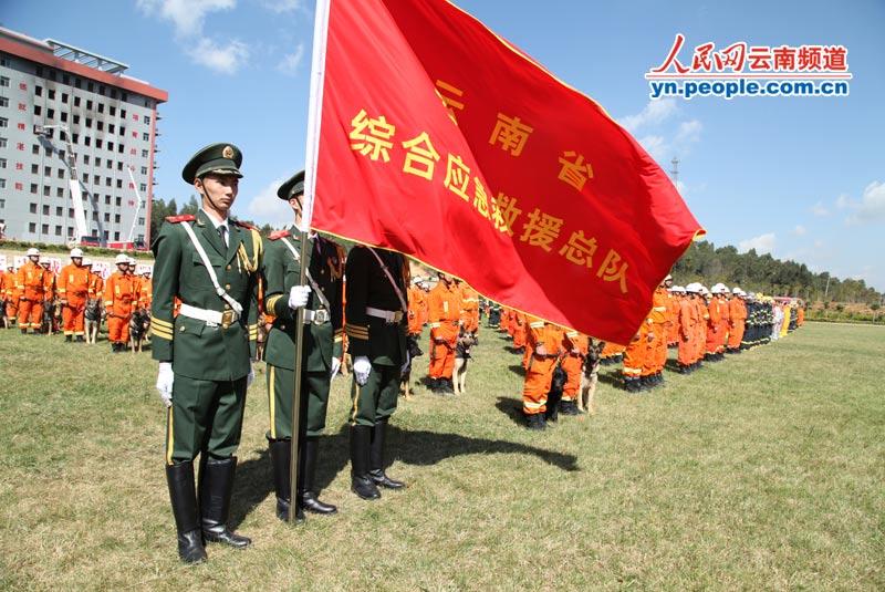 高清组图:云南消防部队举行大型综合灭火救援实战演习