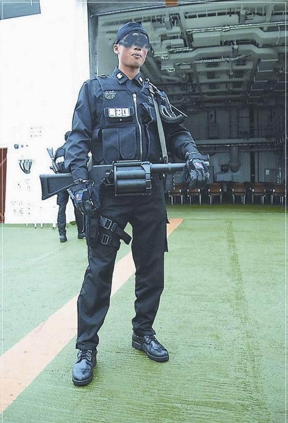 挂在这名韩国海警腰间的就是能发射40毫米橡皮子弹的榴弹发射器。