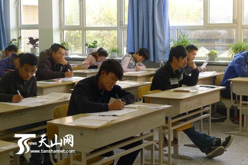 新疆举行2012年全国成人高考 6.3万余人参加