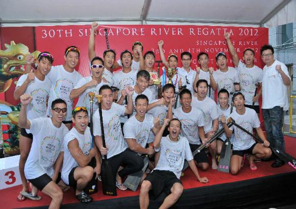香港龙舟队全家福 图片:香港特区新闻处-香港龙舟队在新加坡龙舟比