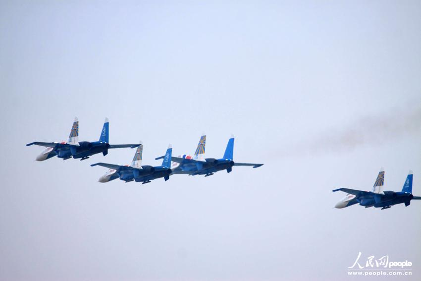 """""""俄罗斯勇士""""飞行表演队举行珠海航展开幕前预演"""