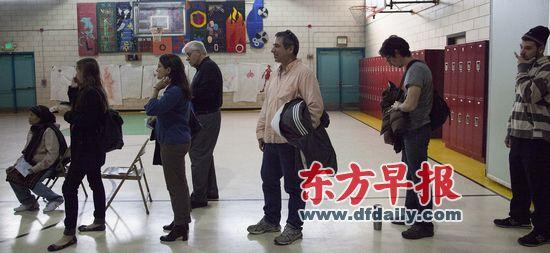 当地时间6日早上8点20分,美国马里兰州巴尔的摩,在一家通讯公司工作的鲍勃(右三)到当地的投票站投票,从排队到投票完成费时40分钟。他的一票给了奥巴马。