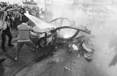 """14日,""""卡桑旅""""领导人贾巴里乘坐的车辆遭以色列袭击。"""