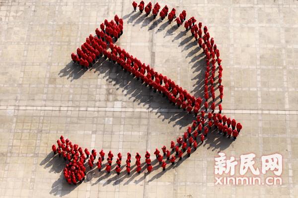 复旦260名大学生党员着红衫组党徽图案(图)