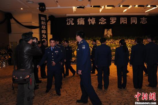 歼15总指挥罗阳遗体告别式举行 军地航空界官员等送行