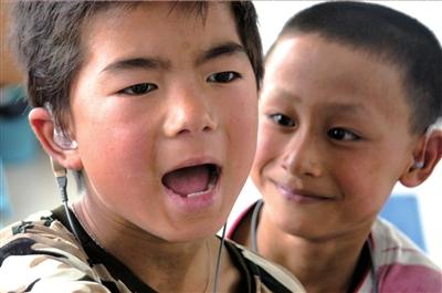 安徽省教育厅为聋哑儿童免费配备助听器(资料图片).图/cfp