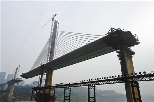 两个桥塔一高一低,桥面为双向6车道,是国内同类型桥梁中最宽的.