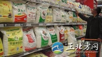 消费者在挑选有绿色食品标志的面粉