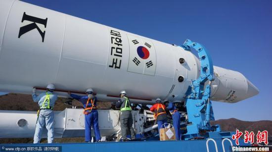 """当地时间11月27日,韩国首枚自主研制运载火箭""""罗老""""号KSVl-I被运往全罗南道高兴郡罗老宇航中心,计划于29日进行第三次发射。图片来源:CFP视觉中国src=""""http://y1.ifengimg.com/news_spider/dci_2012/11/d7d9bc152eb82982fedfbbc785319708.jpg"""""""