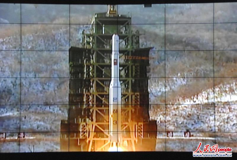 朝鲜平壤卫星控制综合指挥所的大屏幕转播 远程火箭