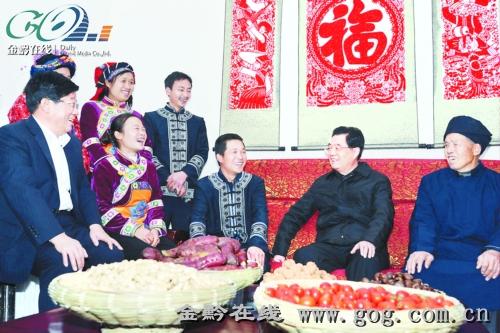 12月3日,胡锦涛主席来到黔西县杜鹃街道办事处乌骡坝村,亲切看望布依族村民潘安平一家。