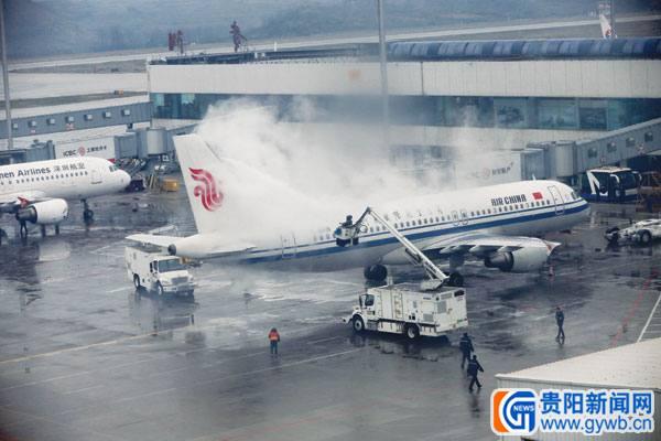 贵阳机场跑道结冰致航班延误 27架飞机在机场待飞 1月3日中午,昆明