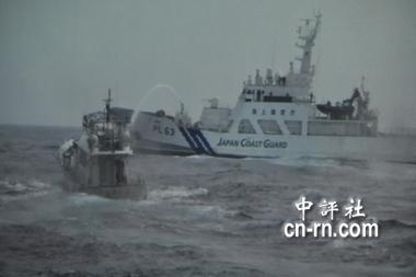 """日舰(右)对全家福号喷水。(翻摄自""""海巡署""""搜证带)"""