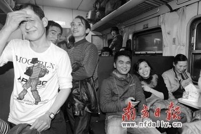 广州首趟2013年春运列车上挤满了乘客.南方日报记者     摄 -广深首趟