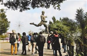"""游客在广东五华县参观""""球王""""李惠堂故居。"""
