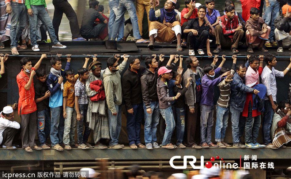 孟加拉国民众乘火车参加穆斯林大会 车厢车顶