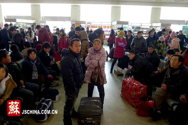 旅客向陈班长资讯票务问题。本网记者 王逸男 摄 中国江苏网1月17日讯(记者 王逸男)南京中央门汽车站提前迎来小春运,到达宜昌、杭州、宁波等地中转的旅客可以在南京汽车站买到中转票。今天,记者来到南京市中央门汽车总站,汽车站内人满为患,旅客们背着行李赶在途中。 记者在现场发现,旅客中农民工及打工人员所占比例较多,而且很多是长途汽车的旅客。在上午9:00左右,所有购票窗口均对外开放,每个窗口前均排成了5米长左右的队伍。检票口两边的椅子上坐满了旅客,过道上也站满了人,不禁让人们开始想象春运到来时中央门汽车站