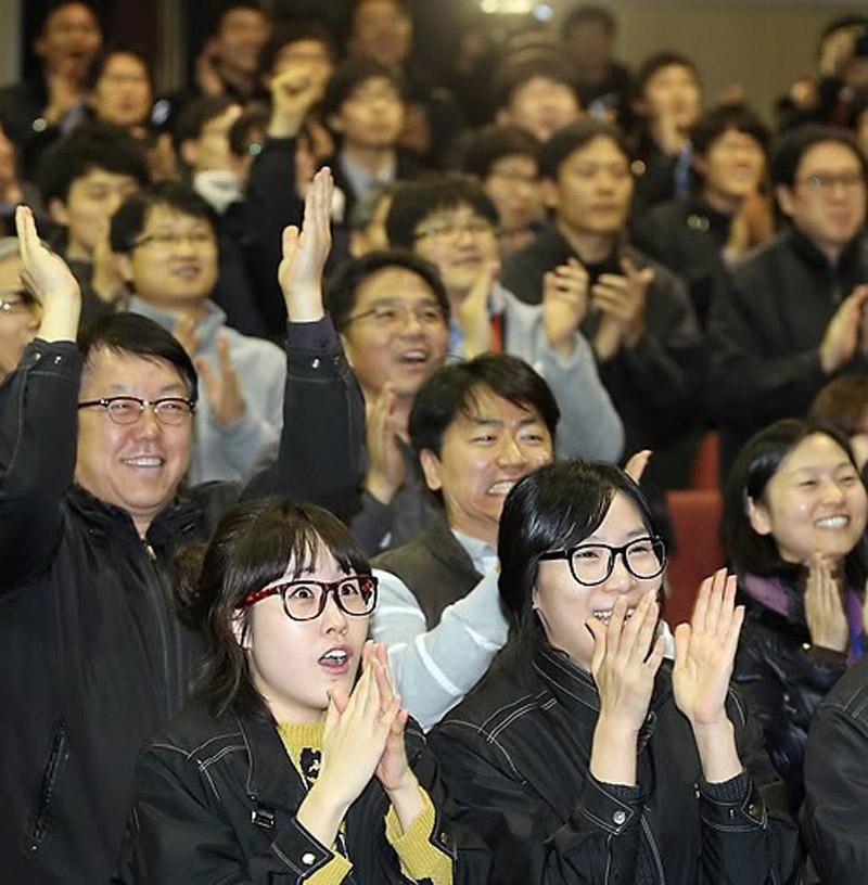 """30日,大田韩国航空宇宙研究院,研究人员在""""罗老""""号升空后拍掌叫好。"""