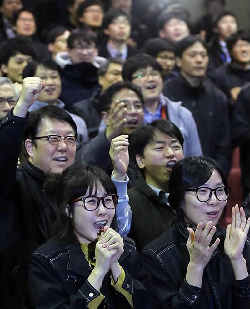 """30日,大田韩国航空宇宙研究院,研究人员在""""罗老""""号升空后难掩激动之情。"""