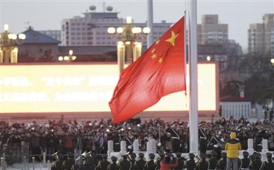 新年第一天,各地游客到天安门广场观看升旗仪式.