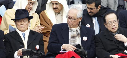 麻生太郎(左)参加朴槿惠的就职仪式。