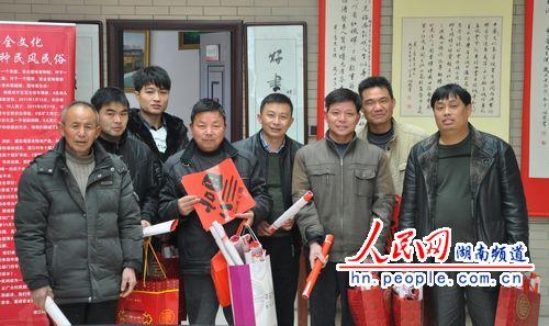 记者与部分领取春联的村民代表合影