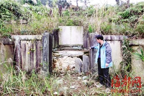 古墓墓碑下,原本是一块青龙石碑图片