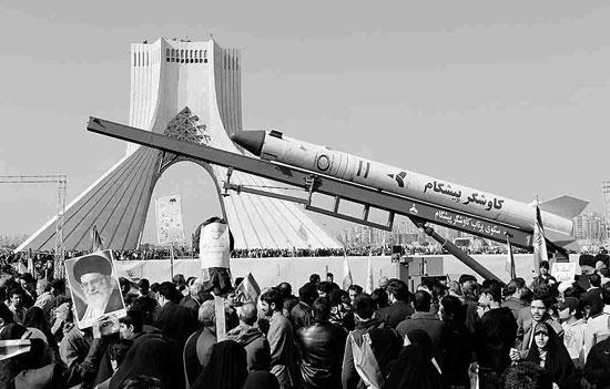 纪念 伊朗/伊朗10日在纪念集会中展出上月发射的火箭模型(法新社)